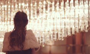 キャバクラの女性の後ろ姿と店内の照明