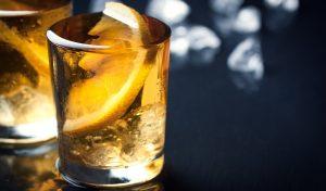 テーブルに乗ったアルコールグラス