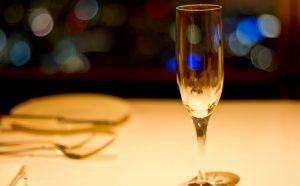 きれいなテーブルに置かれたシャンパングラス