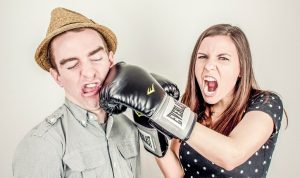 おさわりされた女性がさわってきた男性を叱っている