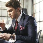 スーツを着た男性がコーヒーを飲んでいる