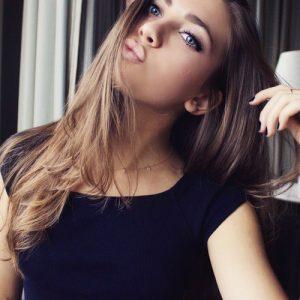 髪をなびかせている綺麗な女性
