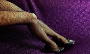 ストッキングを履いた女性の足