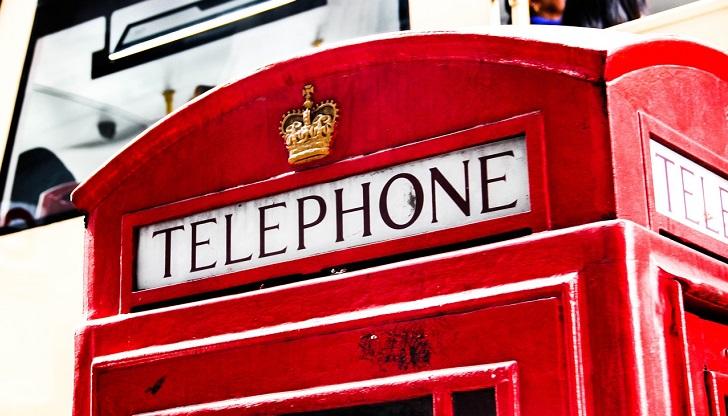 真っ赤な電話ボックスの上部分