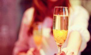 シャンパンを手渡そうとしているキャバ嬢