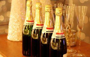 シャンパンとシャンパングラスがが並べられた画像