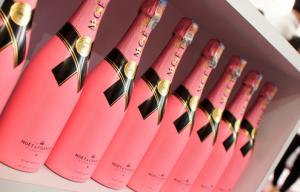 ピンク色をしたモエシャンドンのシャンパン