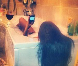 お風呂で営業メールをしているキャバ嬢