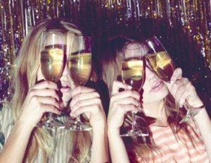 シャンパングラスを持っている女性二人
