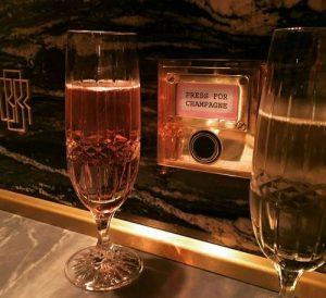 シャンパングラスに注がれたシャンパン