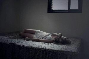 女性げベッドで寝ているモノクロの写真