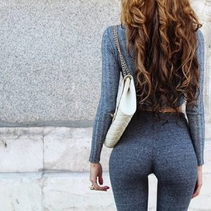 スタイルの良いキャバ嬢風の女性の後ろ姿
