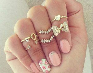 キレイなネイルの指