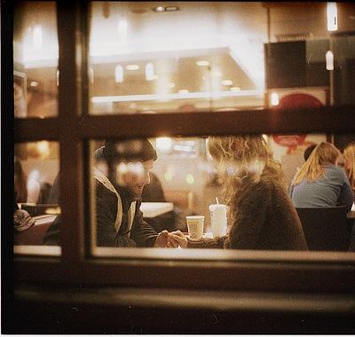カップルがカフェで会話をしている様子