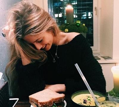 カフェで会話している女性