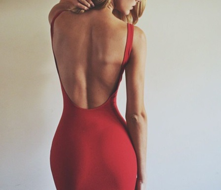 ドレスを着て後ろ姿で立っているキャバ嬢
