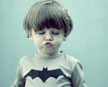 小さな子供が表情を変えている様子