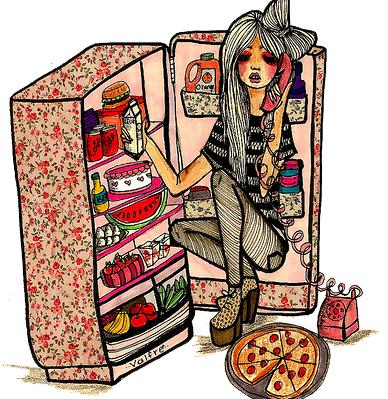 冷蔵庫の前に座っている女子