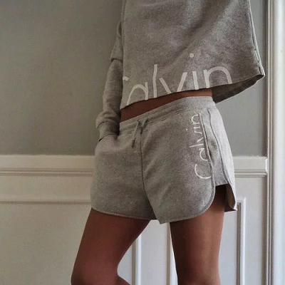 パジャマ姿の女子