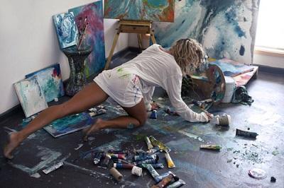 絵を描いている情熱的な女性