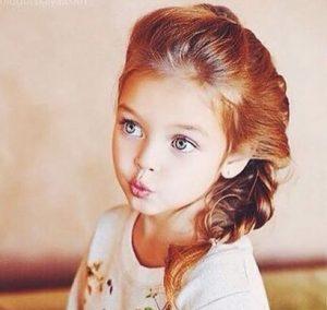 かわいい髪形をした女の子