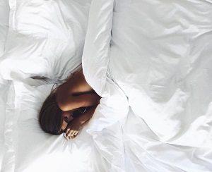 女性げベッドで寝ている